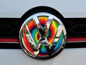 ES#3096584 - K3FR17 - Front Badge Inlay - Tie-Dye - 5-piece badge inlay set that can be applied without removing the badge - Klii Motorwerkes - Volkswagen
